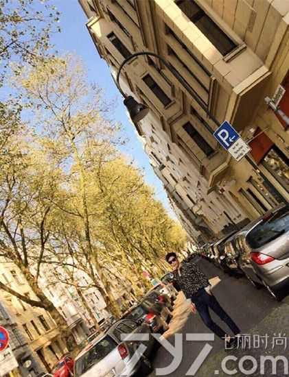 """,TOP以德国街道为背景进行了拍 """"真实随便一拍都是画报啊!"""""""
