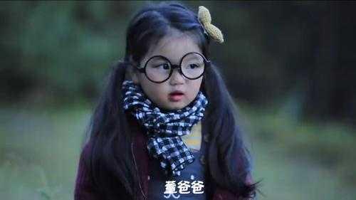 涵(阿拉蕾),一出场一个比脸还大的眼镜就吸引了目光,婴儿肥的脸太可爱