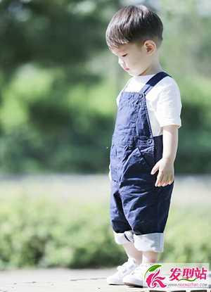 很多小男孩的卷发发型真的是太萌了,又帅气又可爱.