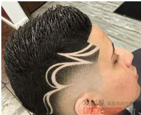 这款复古的雕刻刀疤头发型,采用的是寸头 花纹图案雕刻,两边铲平的