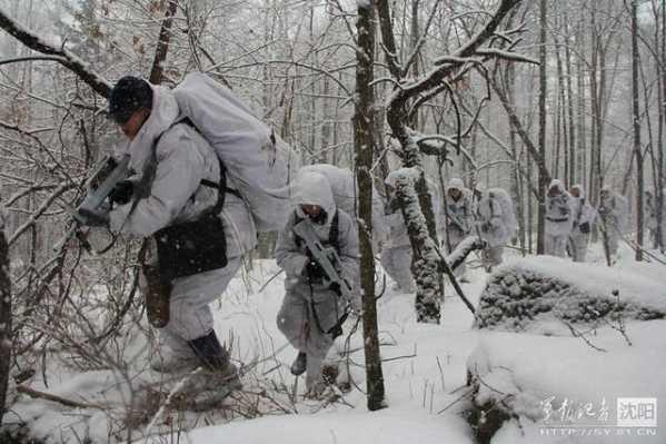 """训练模式采取""""三段一考""""的方法步骤,突出严寒条件下深雪山林的野战"""