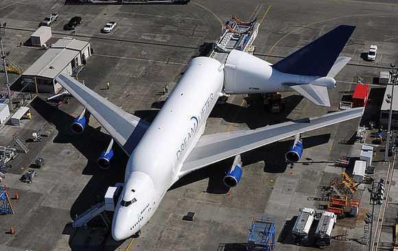 载运波音787梦想飞机在世界各地(主要是日本和意大利)制造的如机身
