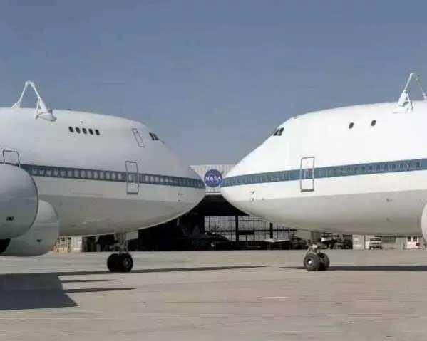 进行轨道器滑翔试飞实验时747SCA与轨道器 分离的瞬间 最开始时747SCA只是为了搭载轨道器进行滑翔试飞以便检验轨道器的气动性能,当航天飞机正式执行任务时,因为再入轨道等原因很难直接降落到美国弗罗里达的卡纳维拉尔角发射中心(美国东海岸),而基本都是降落在加州的爱德华兹空军基地(美国西海岸),于是就需要747SCA再将航天飞机从备降场运输至发射中心。