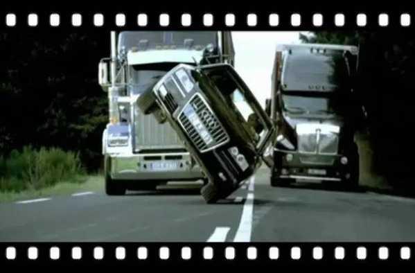 在《非常人贩2》中,w12版奥迪a8帮助杰森·斯坦森饰演的弗兰克·马丁图片
