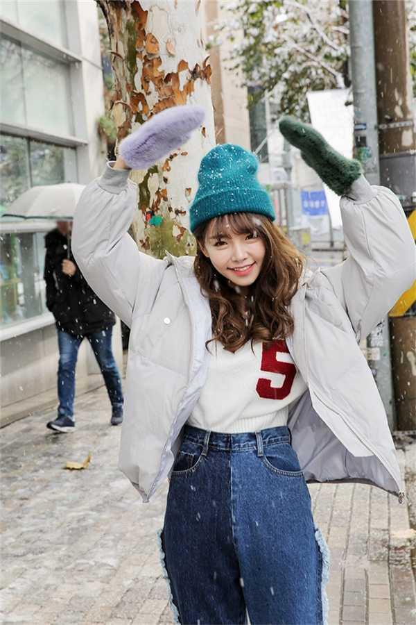 冬季服装搭配图片女韩款 Look2:中性色外套+粉色牛仔裤+白袜白鞋 中性色外套搭配做旧的粉色牛仔裤看上去朝气有活力,卷边成九分裤是时下最流行的穿法哦~
