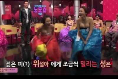 韩国综艺节目人肉杠铃 嫩模穿爆乳装玩