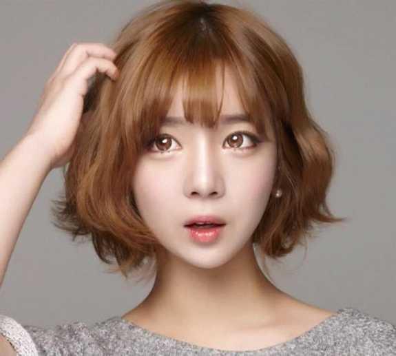 甜美中短发发型,齐肩长度的直发,垂顺感十足的中长直发更能展现出mm的